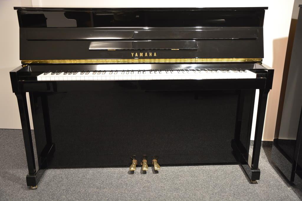 Yamaha Klavier schwarz poliert