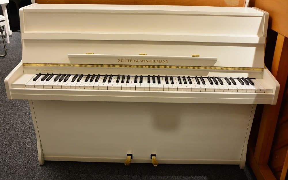 weißes kleines Klavier
