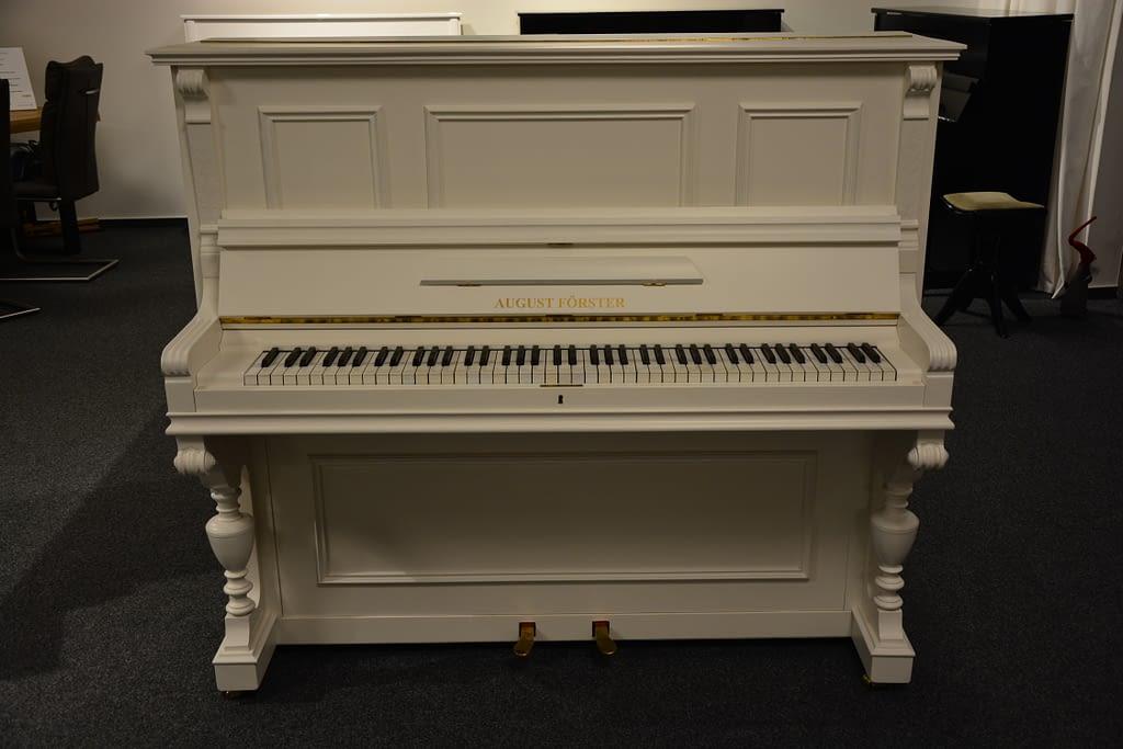 weißes überholtes Klavier