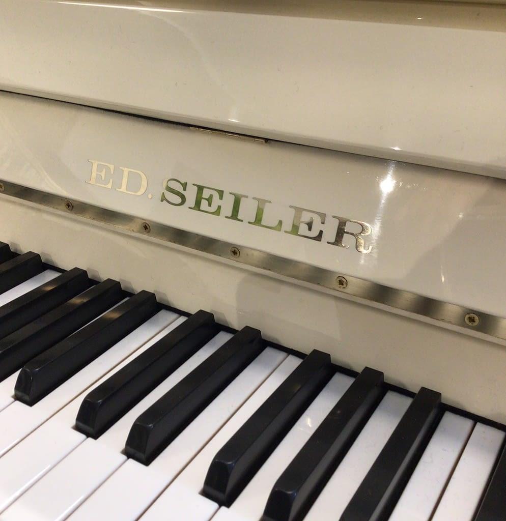 weißes Seiler Klavier